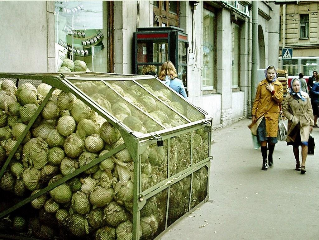 1979_tarolas_kaposzta_tobblet_a_bolt_az_utcan_leningrad.jpeg