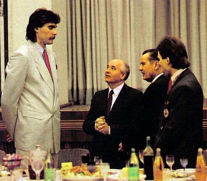 1988_arvydas_sabonis_litvan_kosarlabdazo_engedelyt_ker_mihail_gorbacsov_fotitkartol_hogy_spanyolorszagban_jatszhasson.jpeg