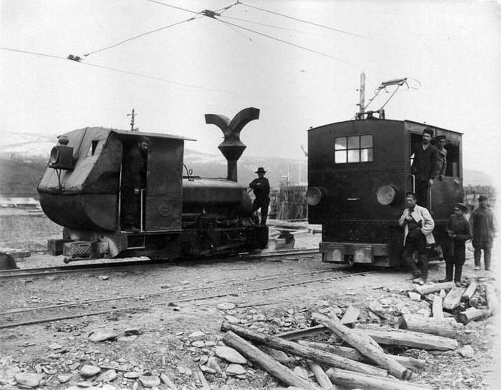 1900_egy_szokatlan_mozdony_es_elektromos_mozdony_az_alexander_nevsky_enyem_1900-ban_az_orosz_birodalom.jpeg