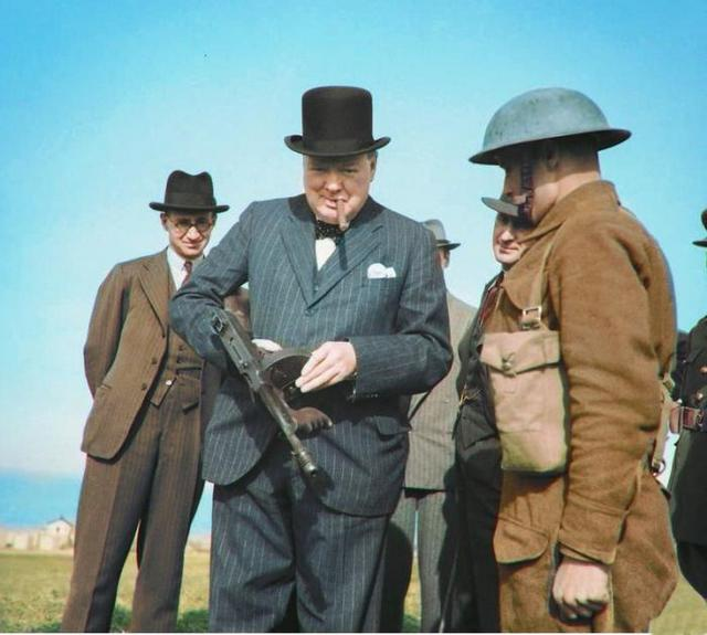 1940_winston_churchill_ellenorzo_gep_tommy_gun_1940-ben_anglia.jpeg