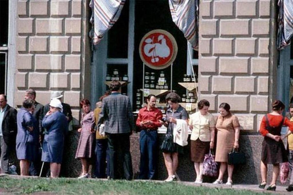 1979_az_emberek_varjak_a_vegen_az_ebedszunet_a_boltban_1979_moszkva.jpeg