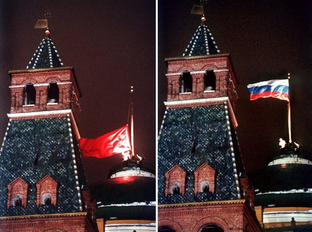 1991_december_25_a_szovjetunio_allami_zaszlajanak_leereszkedese_a_kreml_felett_es_az_orosz_foderacio_allamtitkajanak_felemelkedese.jpeg
