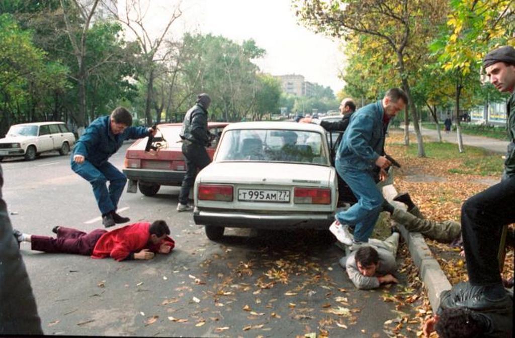1993_moszkvai_szervezett_bunozes_elleni_csoport_elfogasa_nem_eppen_kesztyus_kezzel.jpeg