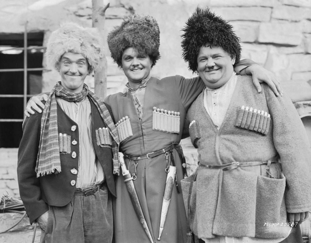 1930_stan_es_pan_azaz_stan_laurel_es_oliver_hardy_komikusok_egy_kaukazusi_temaju_film_forgatasan.png