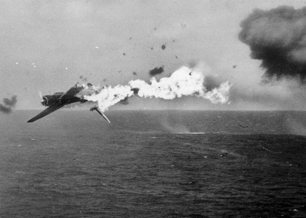 1944_oktober_25_a_japanese_torpedo_bomber_goes_down_in_flames_after_a_direct_hit_by_5-inch_shells_from_the_aircraft_carrier_uss_yorktown.jpg