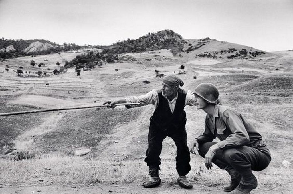 1943_augusztus_sicilian_peasant_telling_an_american_officer_which_way_the_germans_had_gone_near_troina_italy.jpg