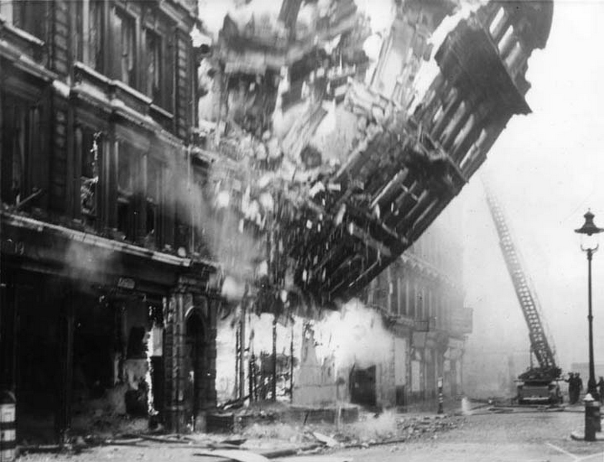 1941_building_collapsing_during_the_blitz.jpg