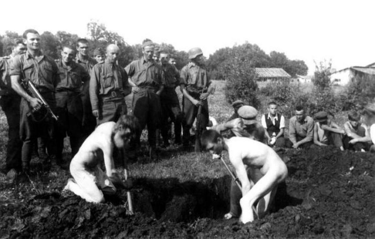 1942_julius_21_a_polnikovoi_erdoben_megolt_magyar_katonak_tamadoinak_harom_buntarsa_maga_assa_meg_sajat_sirjat_a_kivegzes_elott_polnikovo_falu.jpeg
