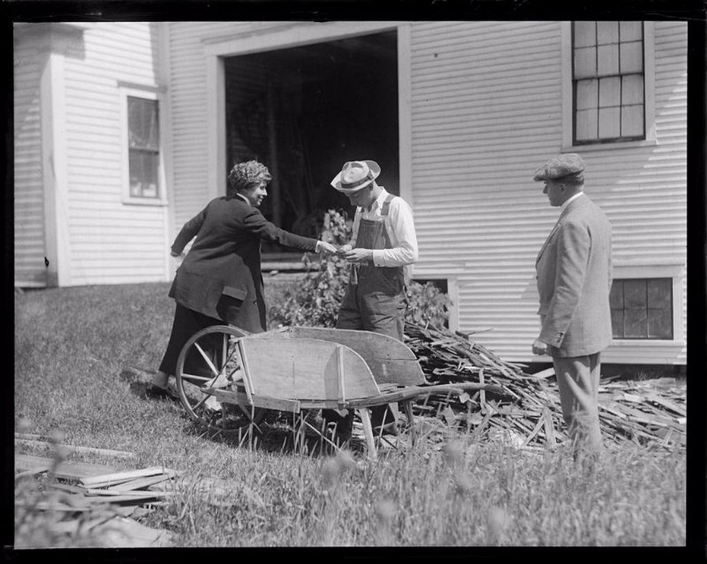 1924_pres_and_mrs_coolidge_and_son_john_in_plymouth_vt.jpg
