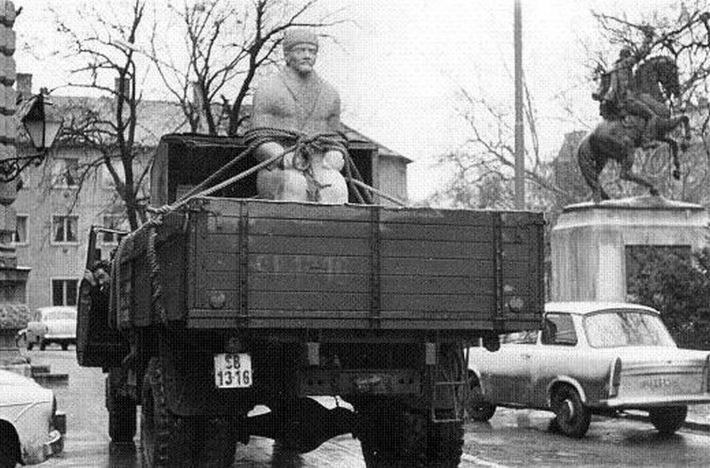 1970_a_vasarhelyi_un_szaro_lenin_negy_evtizeddel_ezelotti_elso_utja_a_felallitas_helyere.jpg