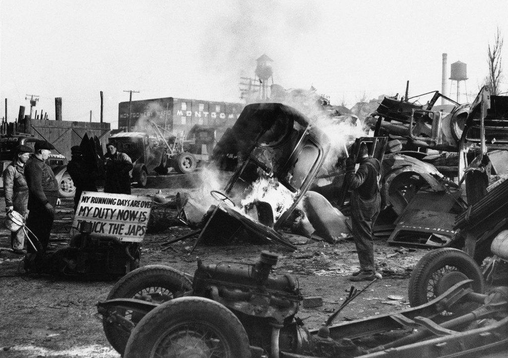 1942_burning_junked_cars_in_detroit.jpg
