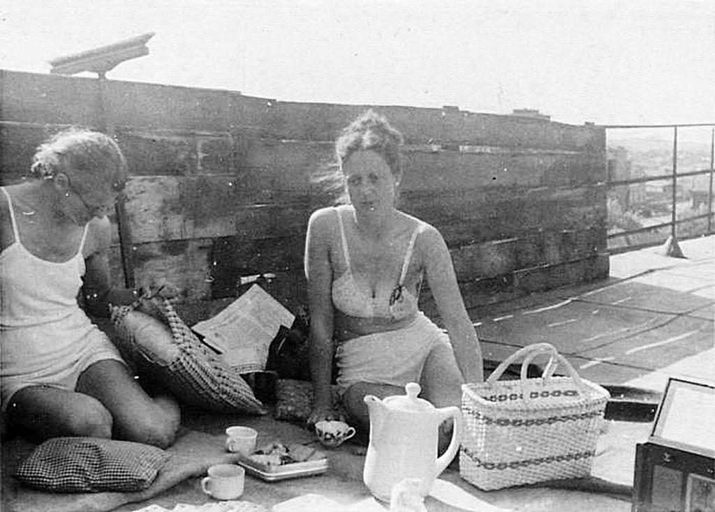 1942_nemet_noverek_a_belarusz_allami_egyetem_egyik_epuletenek_tetojen_1942-ben_minszkben.jpeg