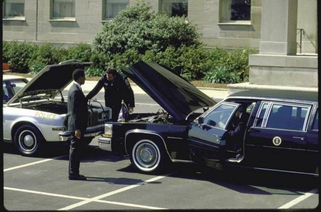 1984_a_rendor_felgyujtja_jarorkocsijat_a_us_ronald_reagan_amerikai_1984-es_amerikai_limuzinjarol.jpeg
