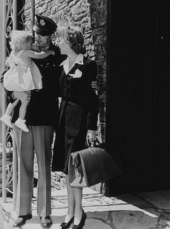 f_ronald_reagan_with_wife_jane_wyman_and_their_daughter_maureen_saying_their_goodbyes_as_he_prepares_to_leave_for_the_army.jpg