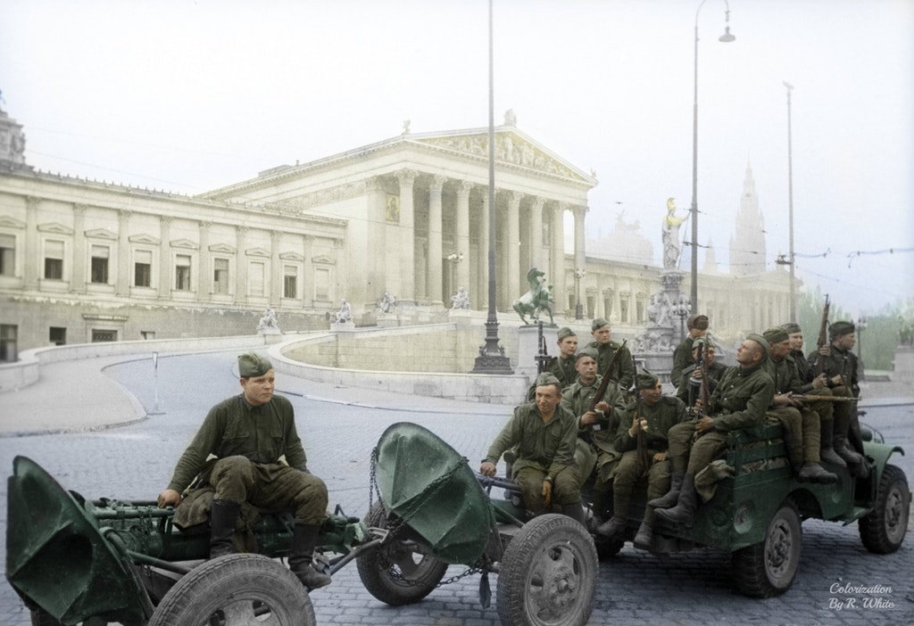 1945_aprilis_soviet_mortar_unit_driving_in_front_of_the_austrian_parliament_building_in_vienna_in_an_american-made_off-road_dodge_wc-51_towing_two_120-mm_mortars.jpg