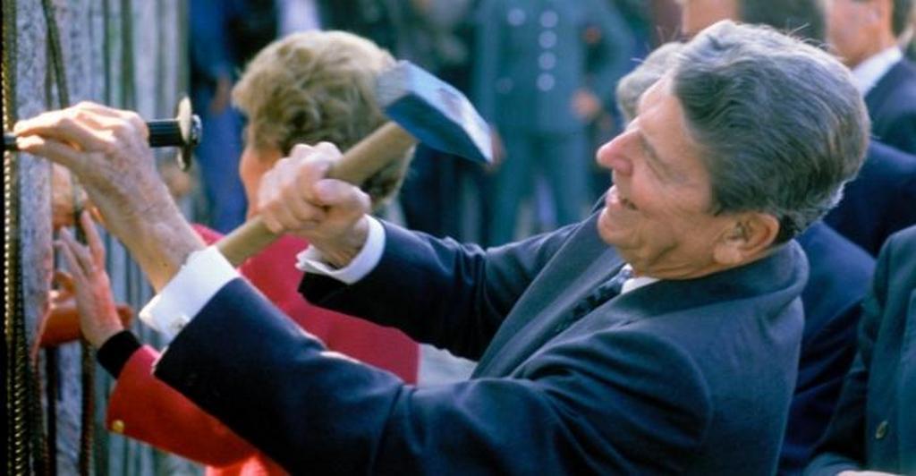 1990_ronald_reagan_osztja_a_berlini_fal_egyik_darabjat_1990_szeptembereben_berlinben.jpeg