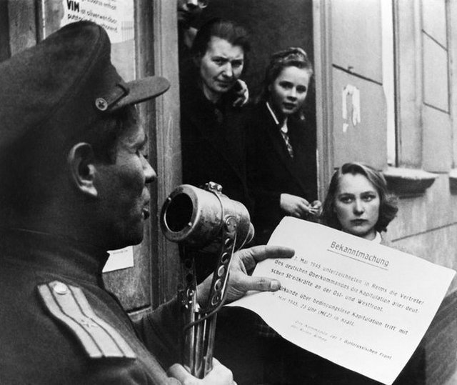 1945_majus_major_red_army_the_population_reads_the_text_of_the_german_army_s_surrender_in_berlin.jpg