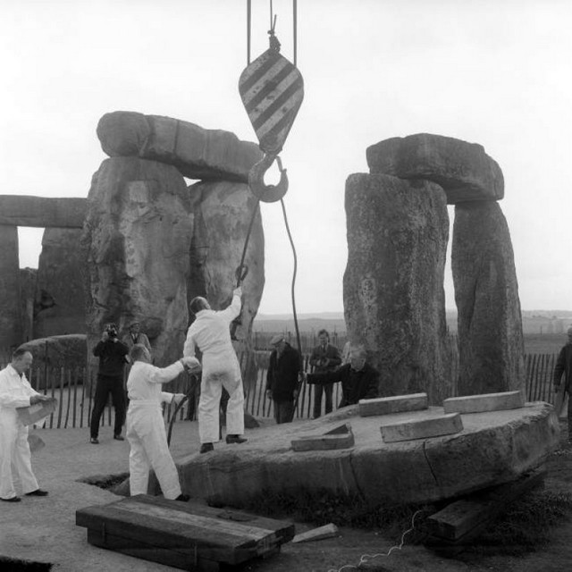 1963_the_hook_of_a_crane_is_attached_to_the_25_tonne_stone_no_23_in_the_outer_circle_at_stonehenge_the_stone_which_fell_over.jpg