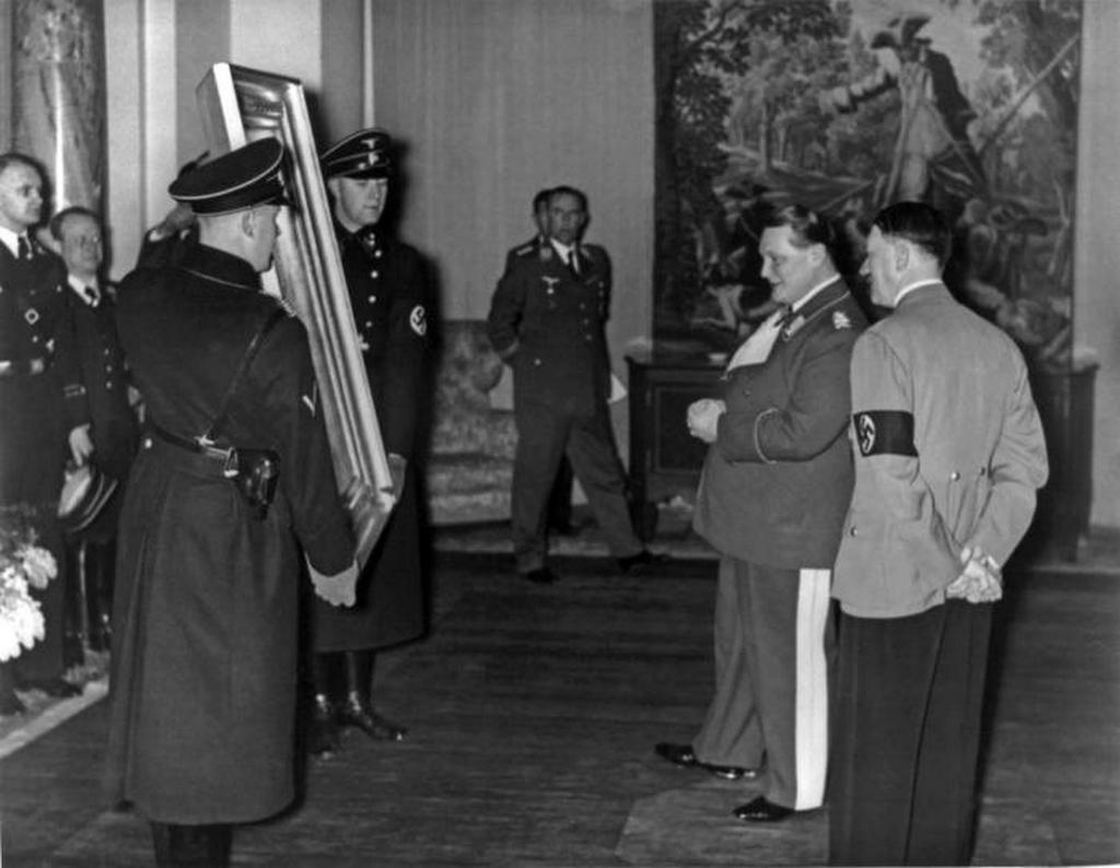 1940_hitler_es_goering_megvizsgaljak_az_uj_trofeakat_az_1940-es_eveket_nemetorszagot.jpeg