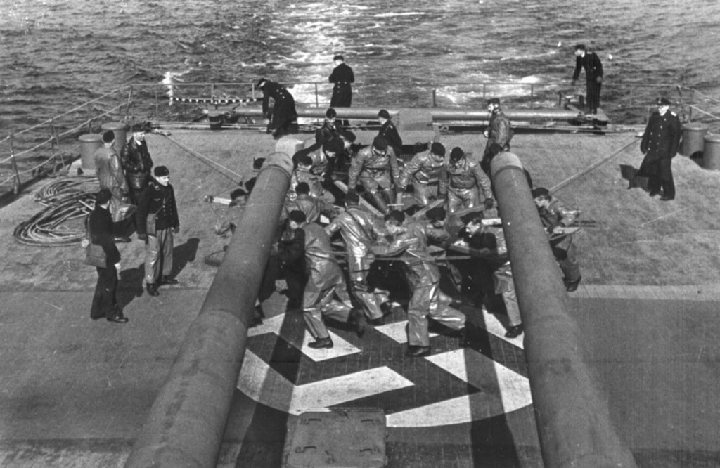 1942_februar_the_crew_of_the_german_cruiser_prinz_eugen_manually_operates_her_rudder_after_suffering_a_torpedo_hit_to_the_stern.jpg