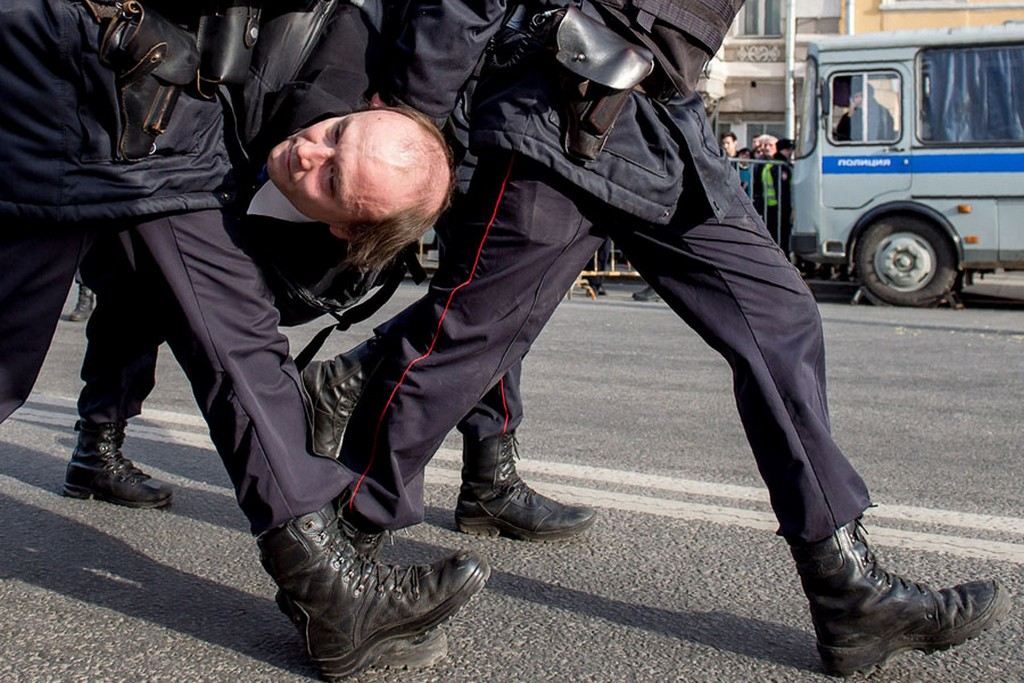 2017_03_26_police_officers_detain_a_man_during_an_unauthorized_anti-corruption_rally_in_central_moscow.jpg