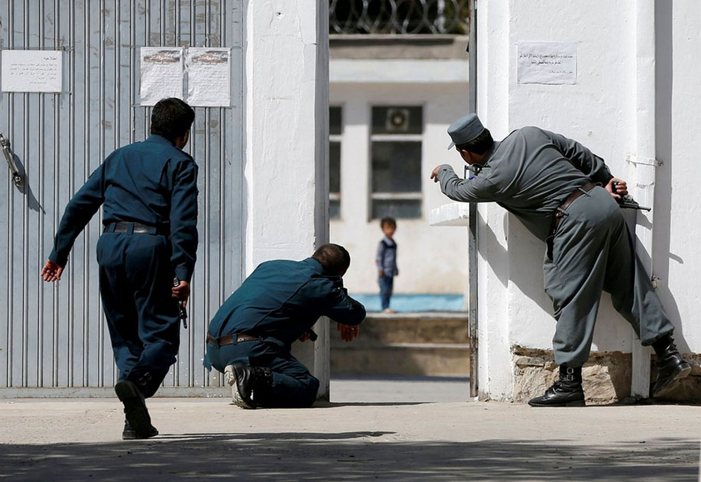 2017_08_25_afghan_policemen_try_to_rescue_four-year-old_ali_ahmad_at_the_site_of_a_suicide_attack_followed_by_a_clash_between_afghan_forces_and_isis_gunmen.jpg