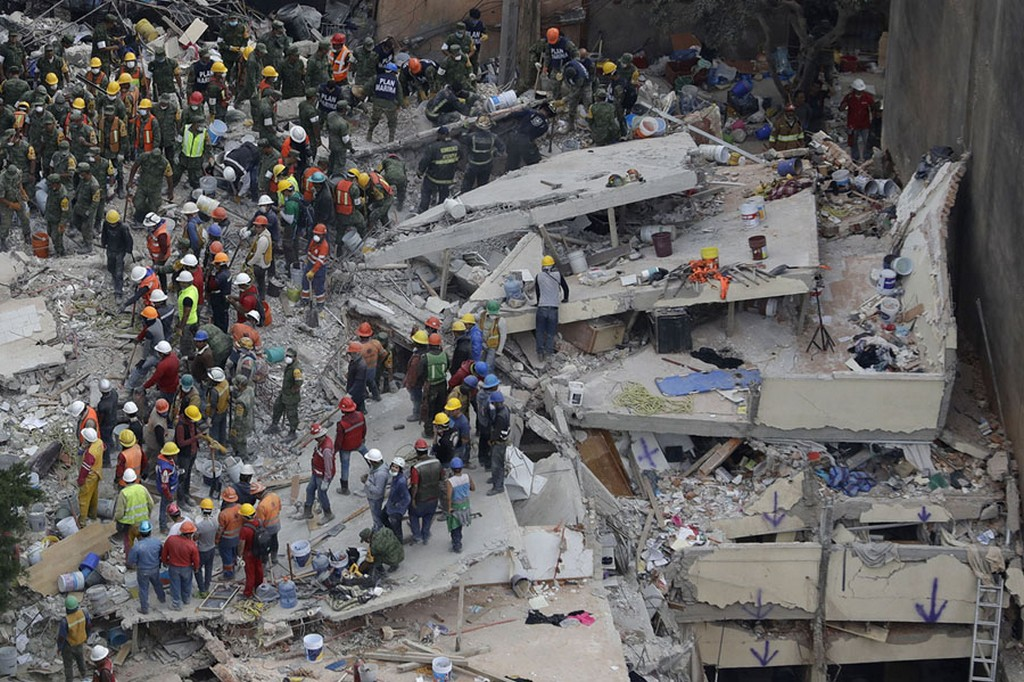 2017_09_20_rescue_workers_search_for_people_trapped_inside_a_collapsed_building_in_the_del_valle_area_of_mexico_city_on_september_20_350_dead_7_1_richter.jpg