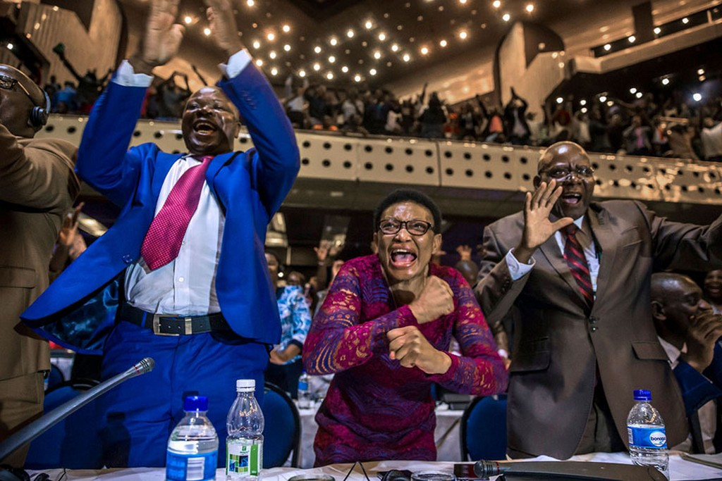 2017_11_21_zimbabwe_s_members_of_parliament_celebrate_after_the_announcement_of_robert_mugabe_s_resignation_on_november_21_2017_in_harare_zimbabwe.jpg