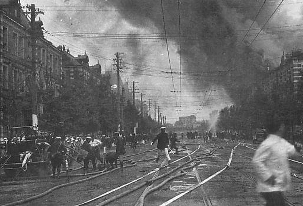 1923_the_marunouchi_district_of_tokyo_on_fire_following_the_1923_great_kanto_earthquake.jpg