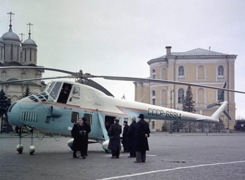 1959_a_cpsu_kozponti_bizottsaganak_fotitkara_nikita_hruscsov_a_kremlben_mutatott_ra_szemelyi_mi-4s_helikoptert_moszkva.png