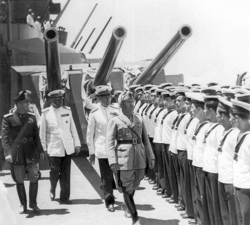 1941_duce_benito_mussolini_a_tarantoni_olasz_haditengereszeti_bazis_latogatasa_soran.jpg