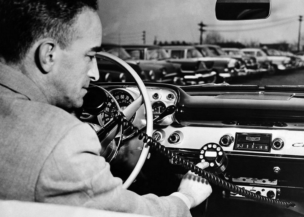 1957_radiotelefon_az_autoban.jpg
