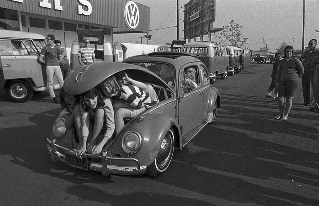 1964_31_fiatal_egy_volkswagen_bogarban_usa.jpg