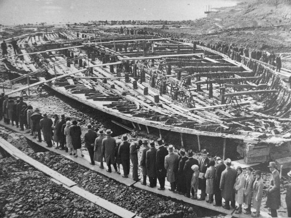 1929_italians_viewing_antique_emperor_caligula_s_nemi_ships_in_1932_the_ships_were_recovered_after_2_000_years.jpg
