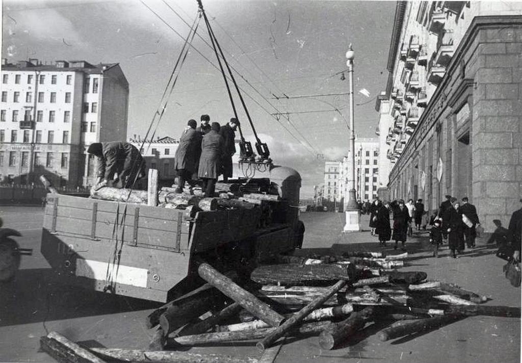 1941_tuzifa_kirakodasa_egy_teherbuszrol_a_gorky_utcaban_moszkva.png