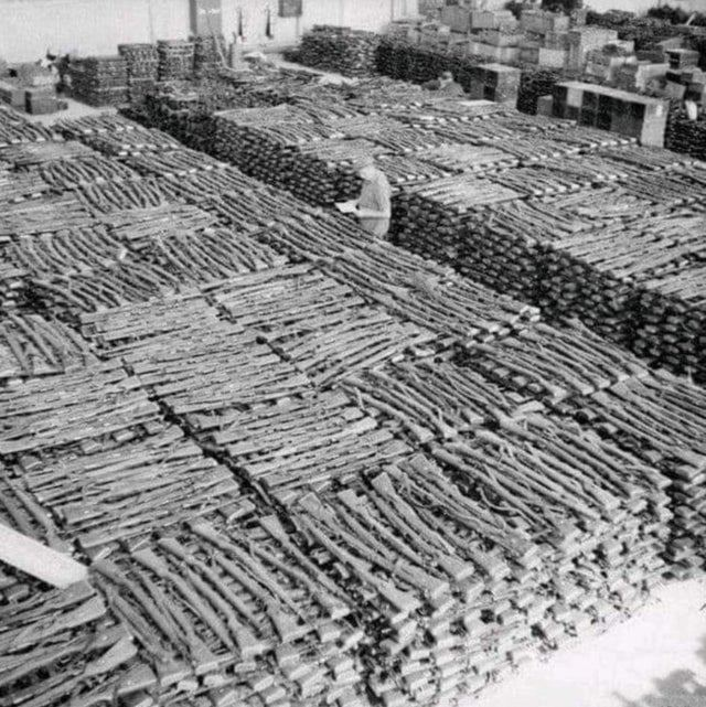 1945_captured_german_rifles_at_stavanger_norway_cr.jpg