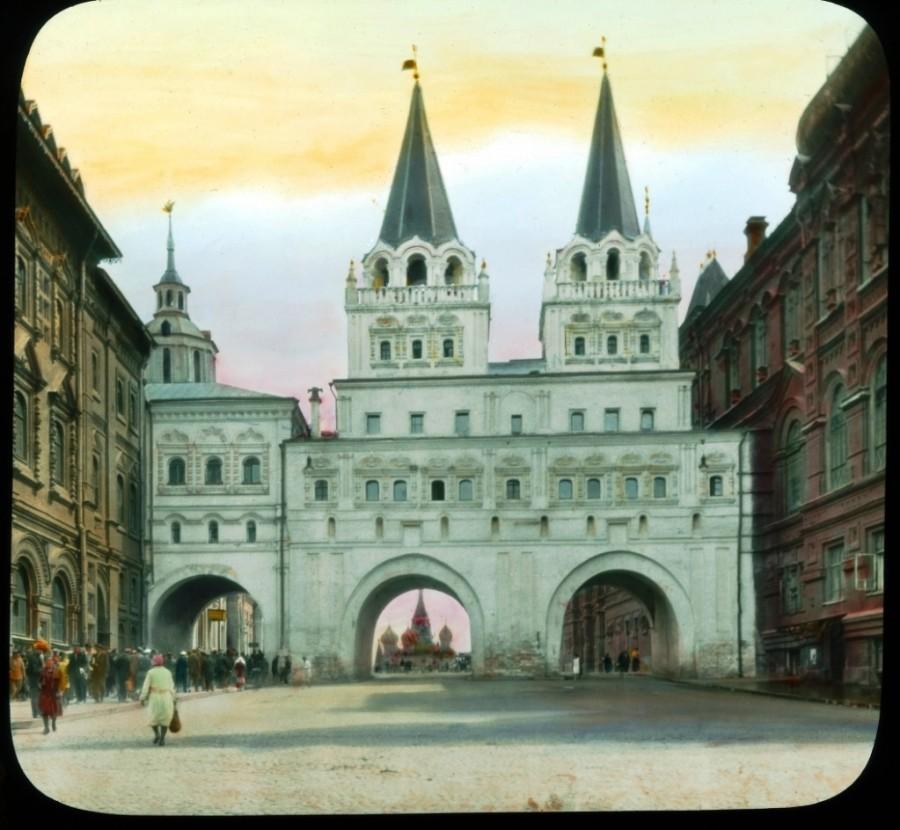Iverszki-kapu, Sztálin lebontatta pár hónappal a kép elkészülte után
