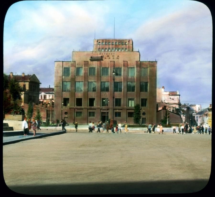 Szovjet tér az előzőben látott emlékmű mögött