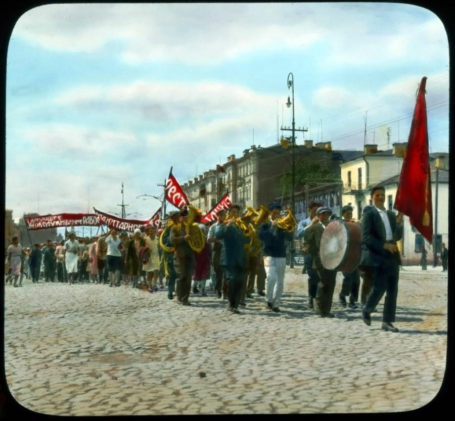 Felvonulás a Krasznoprudnaja utcán