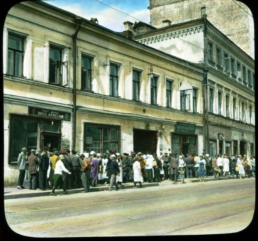 Sorbanállás az örmény italok boltja előtt a Pjatnyica utcán
