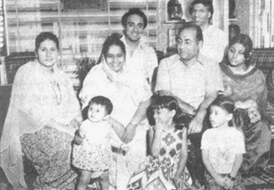 hpse_normal_573675028_mohd-rafi-with-family.jpg