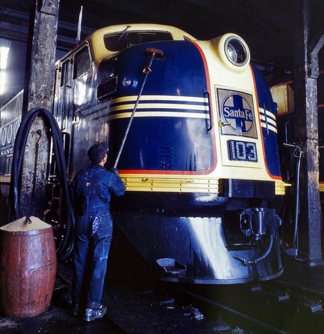 1943_santa_fe_diesel_loco_argentine_kansas.jpg