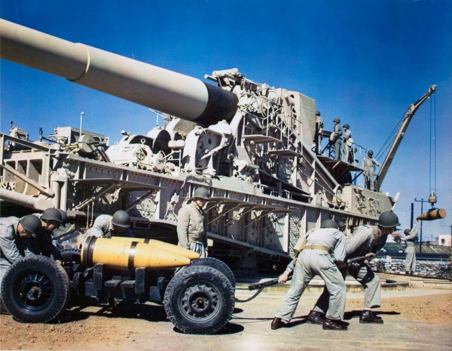 1944_american_troops_reloading_a_railroad_gun_during_training.jpg