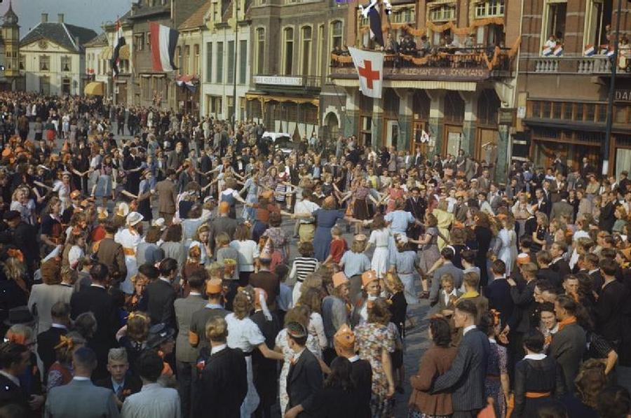 1944_szept_20_celebration_at_the_liberation_of_eindhoven_netherlands.jpg