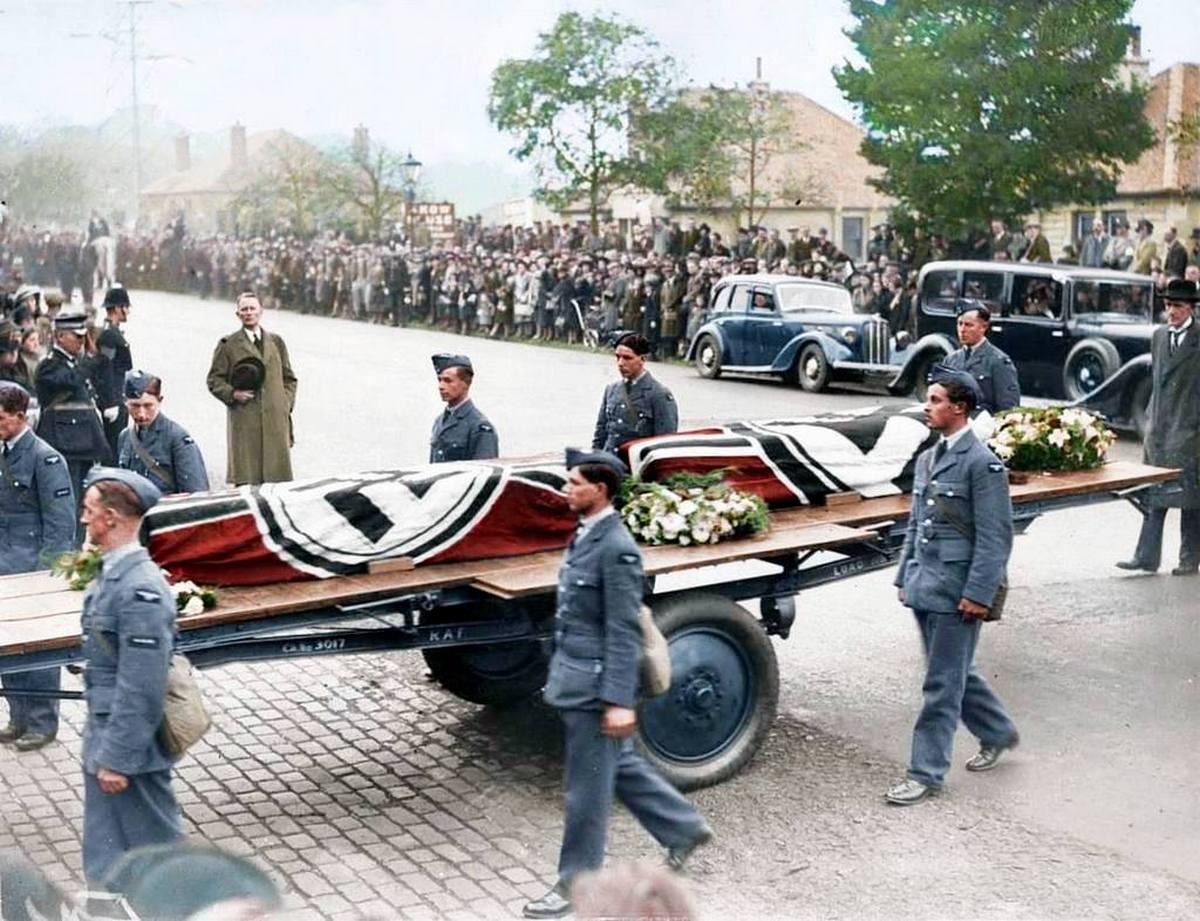 1939_oktober_a_brit_legiero_pilotai_teljes_tiszteletadas_mellett_temetik_el_a_lelott_august_schleicher_es_kurt_seydel_luftwaffe_pilotakat_edinboroughban_szinezte_royston_leonard_uk.jpg