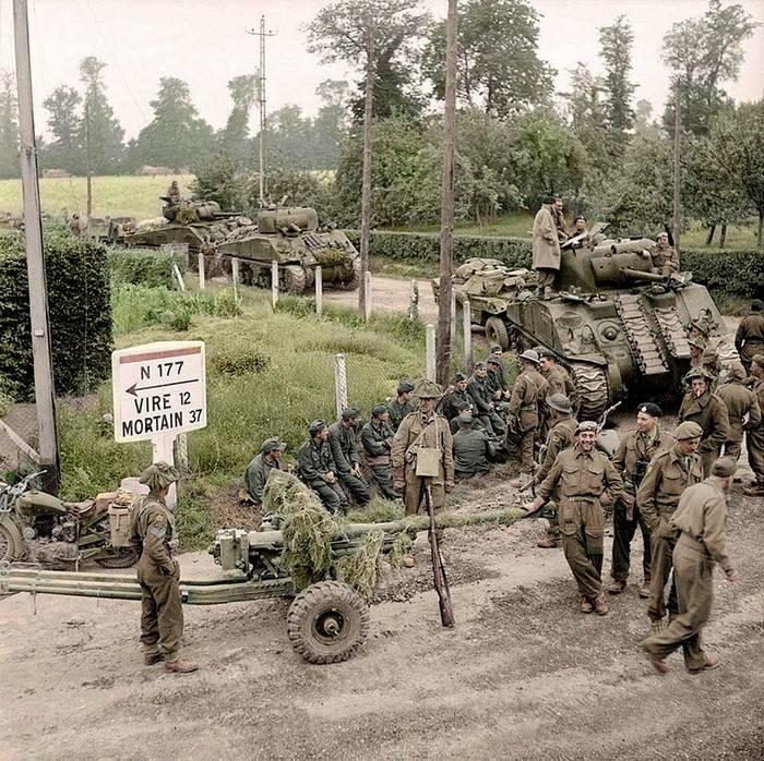 1944_augusztus_brit_sherman_tankok_es_tankelharito_lovegek_a_francia_st_charles-de-percy-ben_normandiaban_szinezte_allan_white_aus.jpg