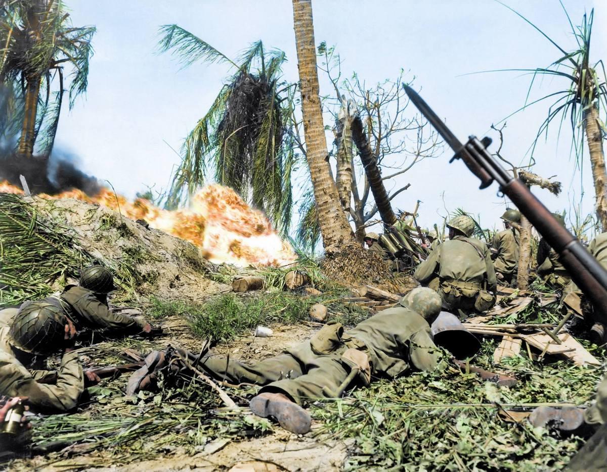 1944_februar_amerikaiak_tamadjak_meg_a_japan_csapatokat_a_kwajalein-atollon_a_csendes-oceani_hadszinteren_szinezte_royston_leonard_uk.jpg