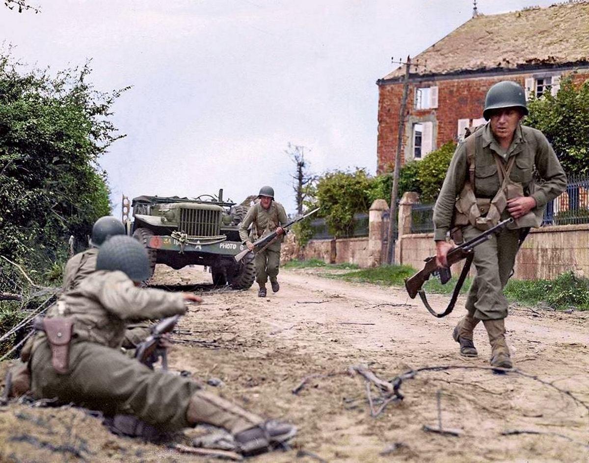 1944_julius_8_normandia_franciaorszag_la_haye_du_puis_mellett_amerikai_1-esek_nyomulnak_elore_szinezte_allan_white_aus.jpg