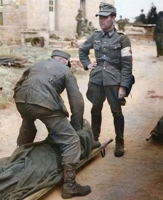 1944_junius_8_ket_nemet_szanitec_a_francia_sainte-mere-eglise-ben_normandiaban_szinezte_richard_james_molloy_uk.jpg
