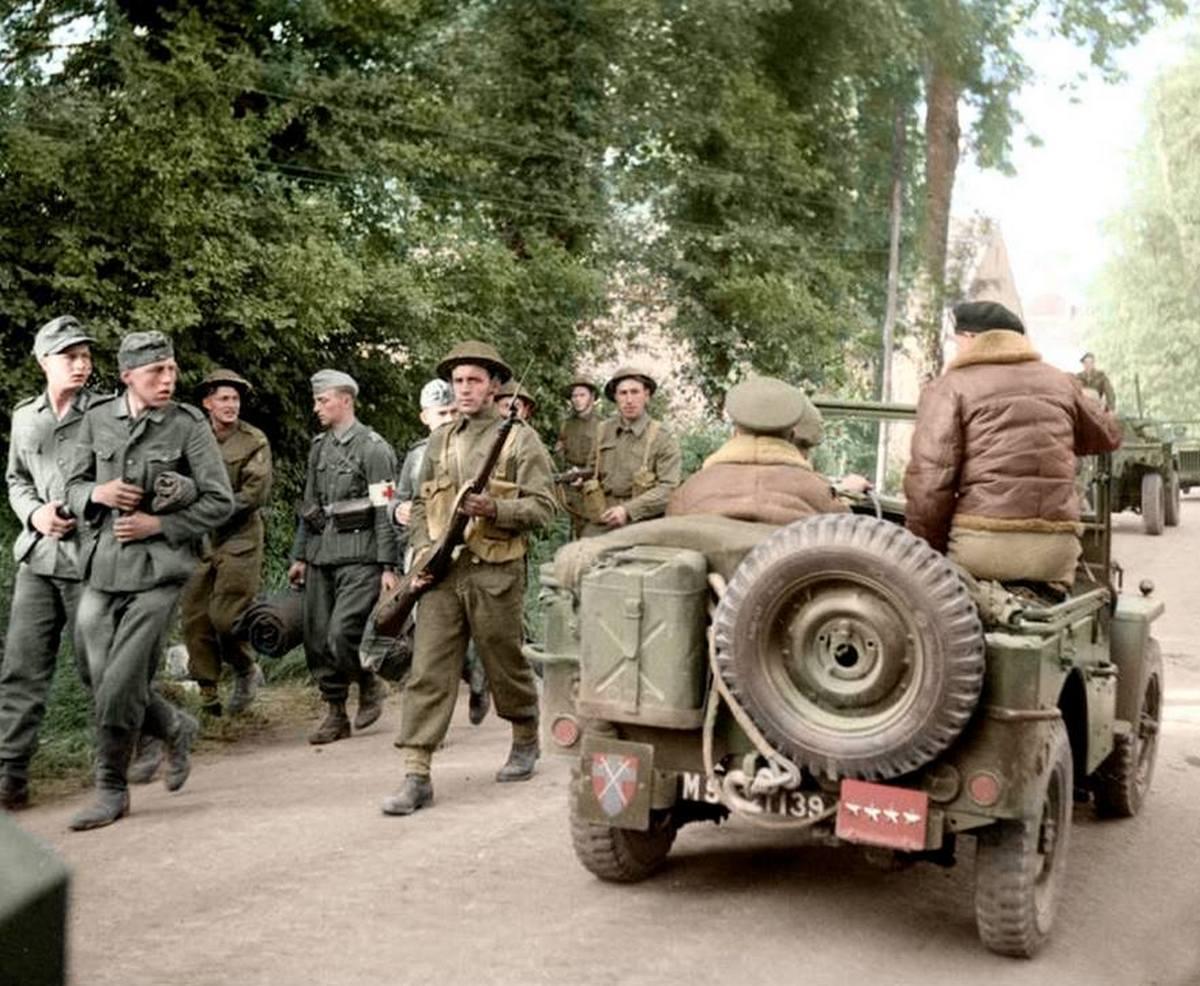 1944_junius_ket_nappal_a_normandiai_partraszallas_utan_brit_katonak_nemet_hadifoglyokat_kisernek_szinezte_doug_uk_cr.jpg